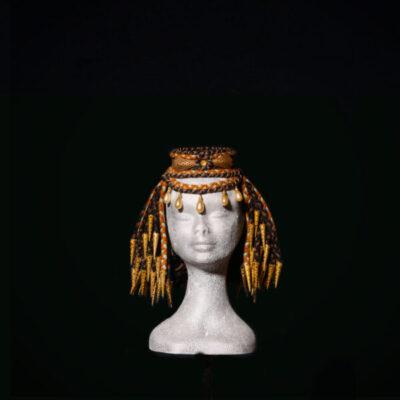 Parrucca con decori in ottone e perle