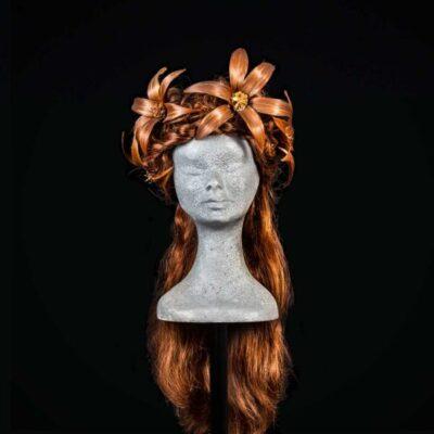 Parrucca con decorazione floreale