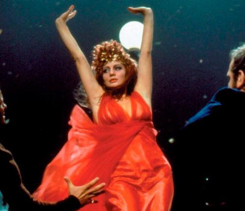 Scena del film Roma di Fellini con parrucche Rocchetti